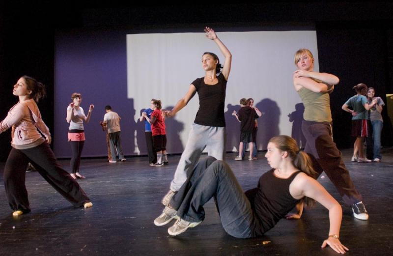 minnesingers dance on stage