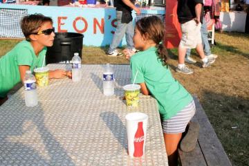 Zukerman Jake Ally White picnic table cups